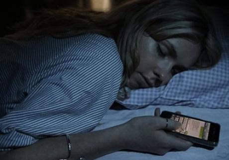 dormindo-com-celular-na-mao